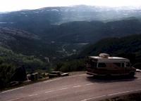 Vom Fjell führt die Straße in Serpetinen nach Suleskar